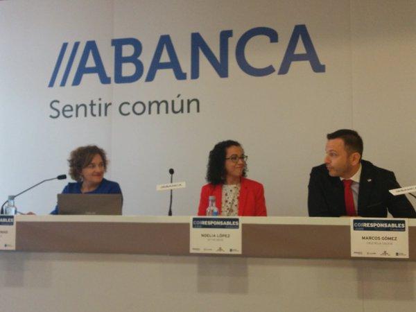 Mesa de Grupos de Interés. María Coutinho, Noelia López y Marcos Gómez.